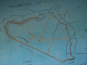 Plattegrond van Sena Oura Nationaal Park. Aan de onderzijde grenst het aan Bouba Ndjida Nationaal Park.